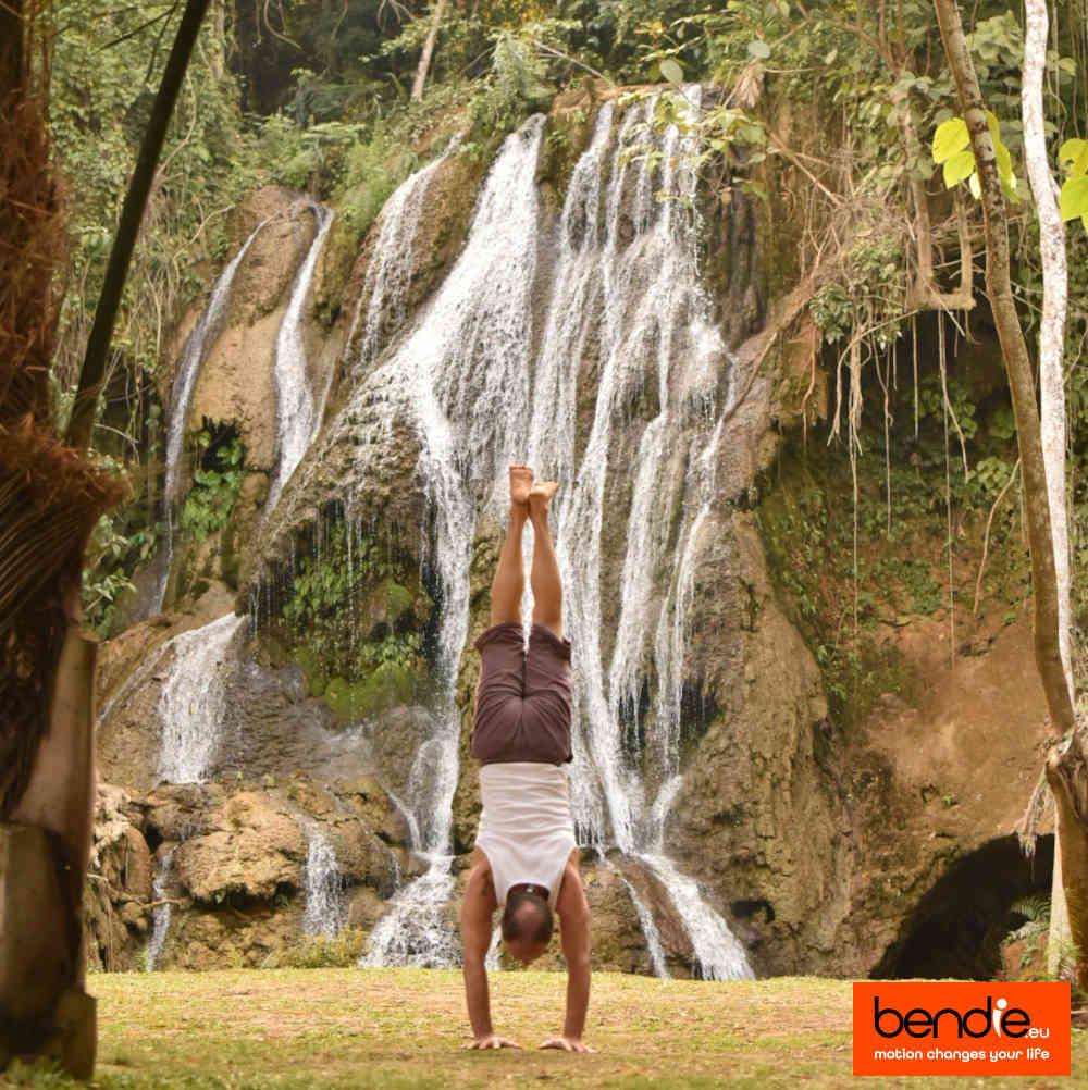 Informatie over Bendie. Handstand voor een waterval in Laos.