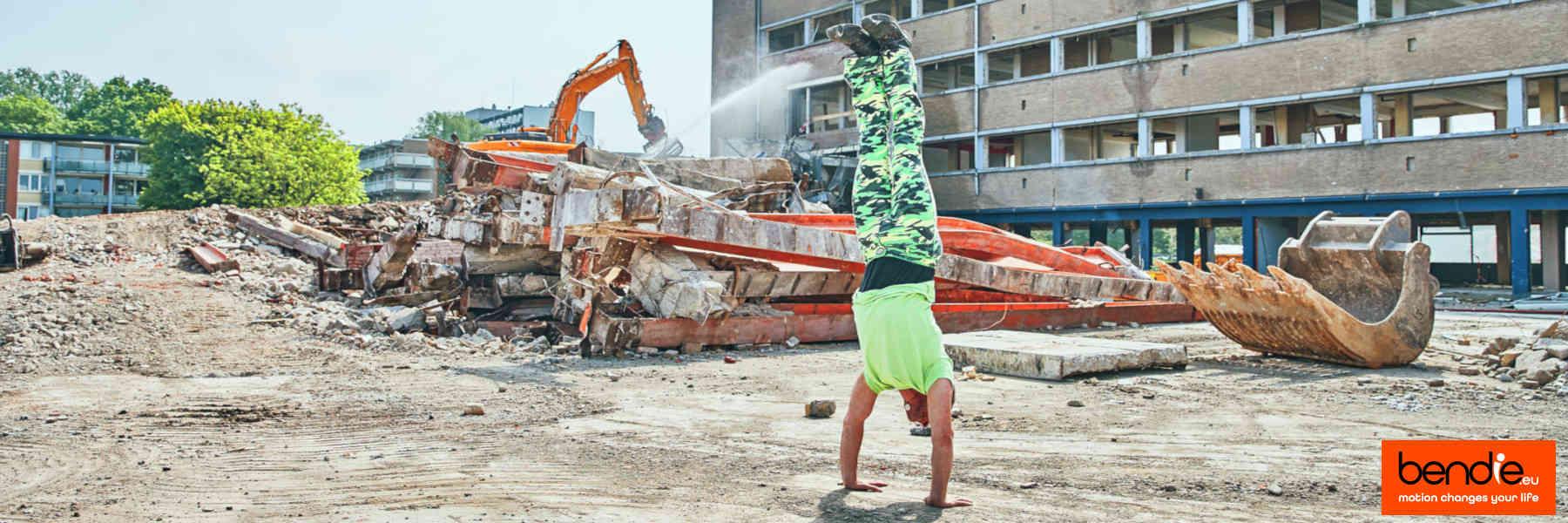 Handstand & core conditioning bij Bendie in Leeuwarden. Handstand op de bouwplaats