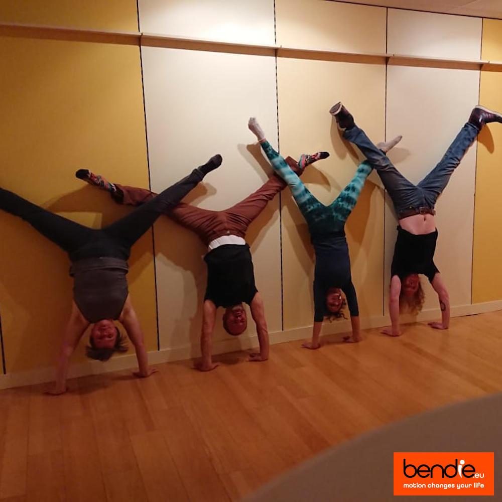 Handstand & core conditioning bij Bendie in Leeuwarden. 4 mensen tegen een muur die een handstand doen