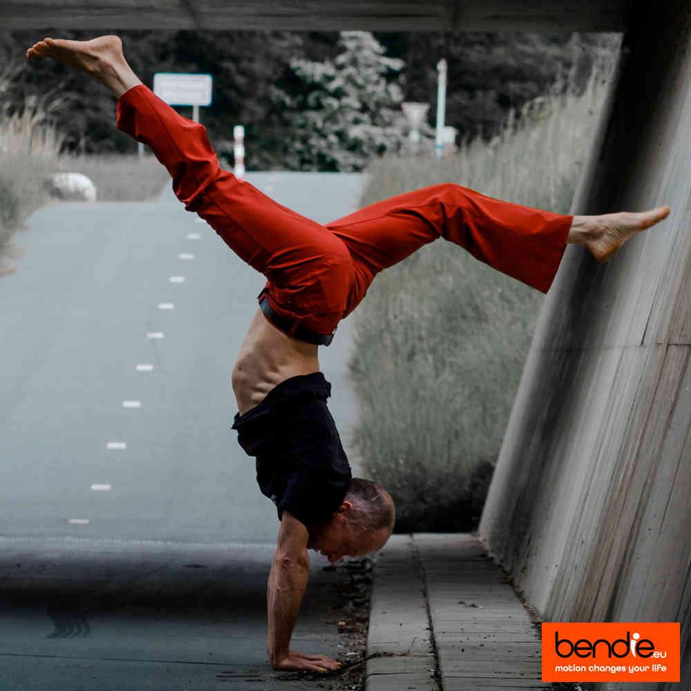 Handstand & core conditioning bij Bendie in Leeuwarden. Split handstand onder een brug