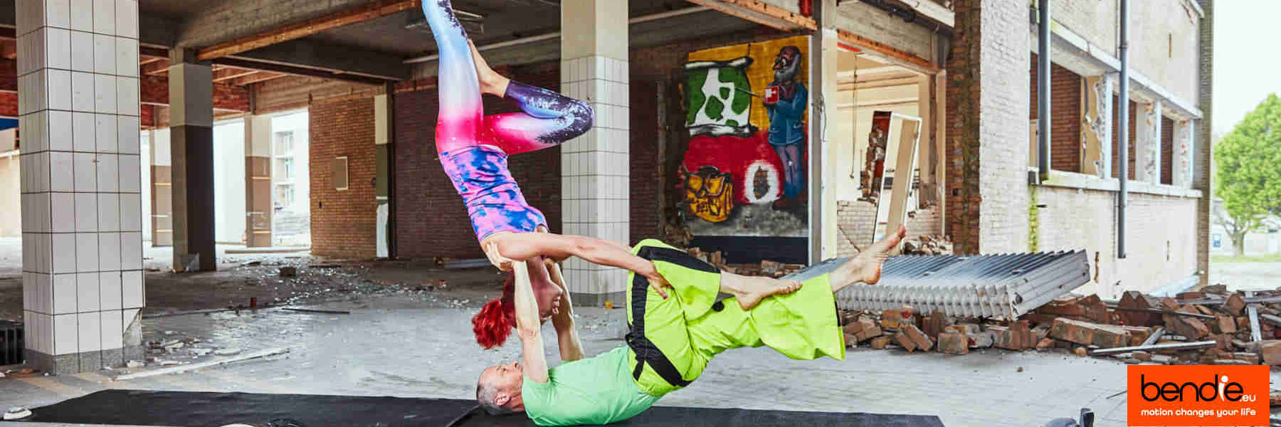 Acro yoga voor love birds. 2 people finding balance in an acrobatic pose.